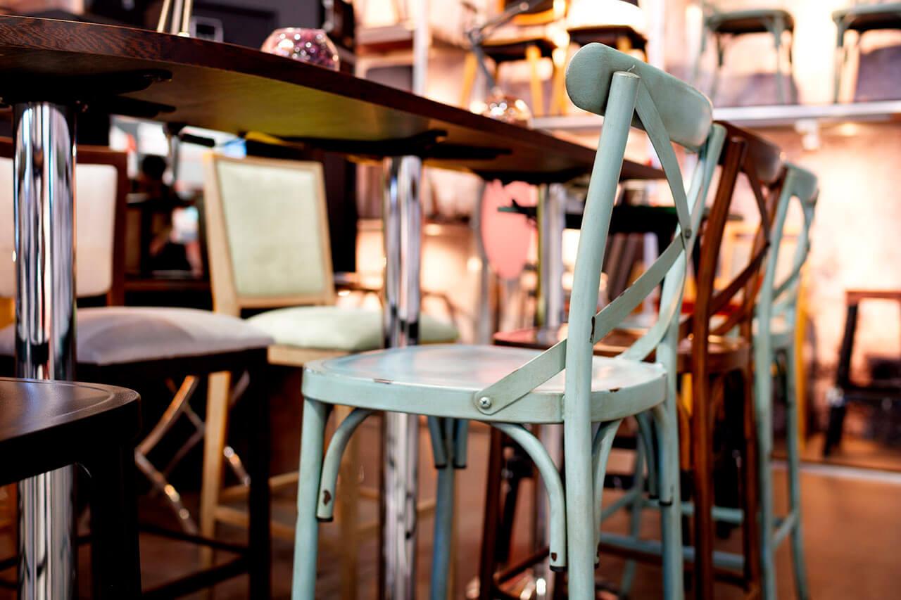 Mobiliario vintage en un bar